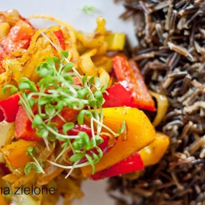 Ryż z aromatycznymi warzywami i sosem czosnkowym