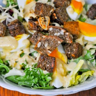 Sałata Cezar z jajkiem i chrupiącymi grzankami. Caesar Salad.