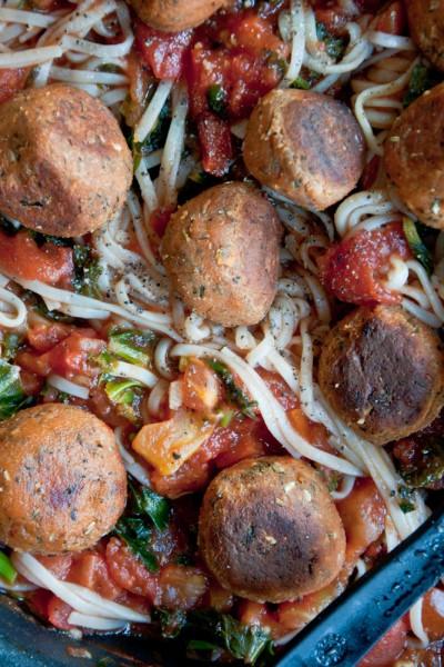 Makaron z kulkami tofu i sosem pomidorowym