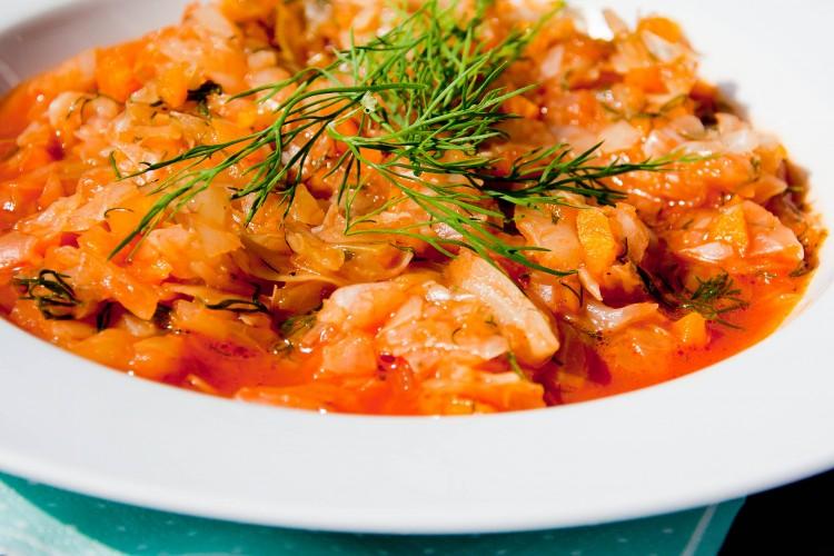 Młoda kapusta duszona w sosie pomidorowym