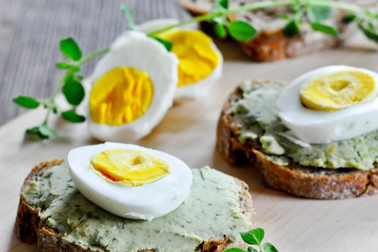 Pasta z bobu na chrupiących grzankach z jajkiem