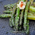 Szparagi z patelni z pieczonym czosnkiem