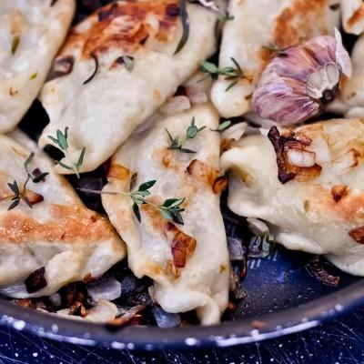 Pierogi wegetariańskie z soczewicą i pieczarkami