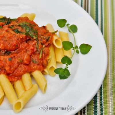 Makaron z sosem pomidorowym i szpinakiem